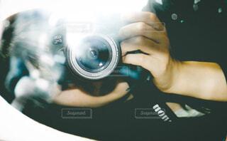 カメラを持っている人のセルフィーの写真・画像素材[3147554]