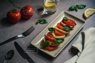 トマトとモッツァレラチーズのサラダの写真・画像素材[1605036]