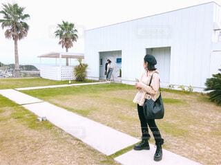建物の前に立っている人の写真・画像素材[1549457]