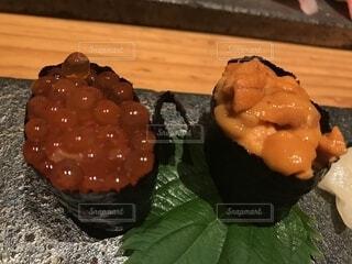 近くに寿司のアップの写真・画像素材[1550039]