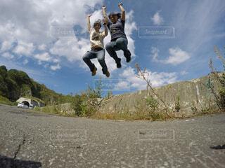 姉妹ジャンプの写真・画像素材[1551452]