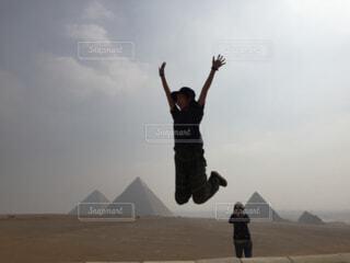ピラミッドでジャンプの写真・画像素材[1551014]