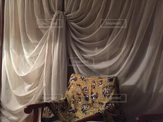 カーテンとエジプト柄ストールと椅子の写真・画像素材[1552458]