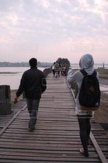 早朝のウーベイン橋の写真・画像素材[1552906]