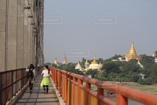 橋の上を歩くの写真・画像素材[1553890]