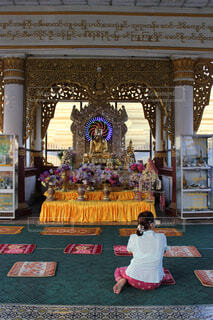 仏像の後ろで光る電光の写真・画像素材[1554144]