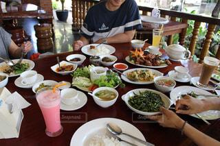 ミャンマー料理を囲んで食事の写真・画像素材[1554268]