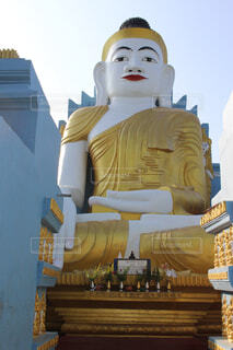 大きな仏像の後ろからひょっこりはんする仏像の写真・画像素材[1554475]