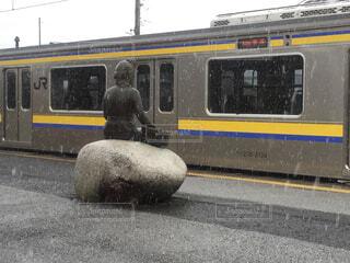 電車と像と雪の写真・画像素材[1567157]