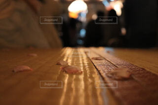 畳上に舞った桜の花びらの写真・画像素材[1569639]
