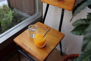 椅子の上にオレンジジュースの写真・画像素材[1581190]