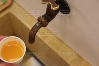 蛇口からみかんジュースの写真・画像素材[1584441]