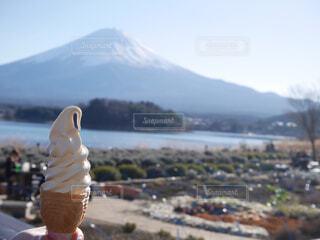富士山をバックにソフトクリームの写真・画像素材[1586527]