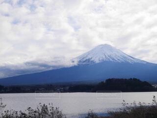 河口湖と富士山/雲多めの写真・画像素材[1586531]
