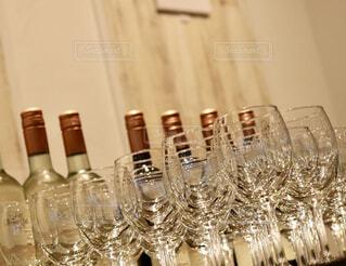 テーブルの上にワイングラスの写真・画像素材[1598828]