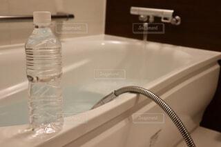 白い浴槽とペットボトルの水の写真・画像素材[1653299]