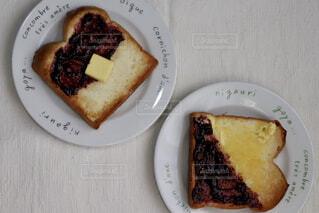 皿の上のジャム食パンの写真・画像素材[1674932]