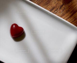 赤いハート型のチョコレートの写真・画像素材[1692604]