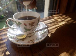 木製のテーブルの上のコーヒーの写真・画像素材[1692886]