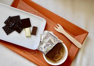 チョコレートとカフェラテの写真・画像素材[1724625]