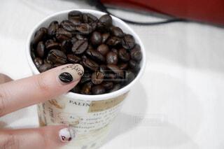 コーヒー豆とコーヒーネイルの写真・画像素材[1760382]