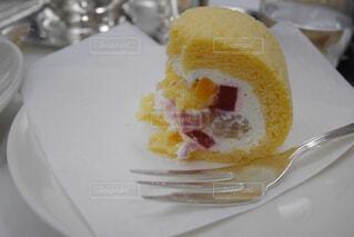 半分食べ掛けのロールケーキの写真・画像素材[1767514]