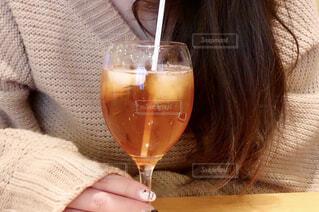 アイスティーを飲む女性の写真・画像素材[1794729]