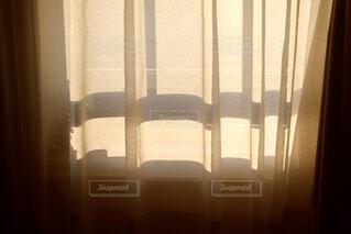 窓に差し込む陽射しの写真・画像素材[1795277]