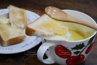コーンスープと食パンの写真・画像素材[2237691]