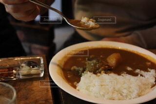カレーライスを食べる男性の写真・画像素材[2781825]