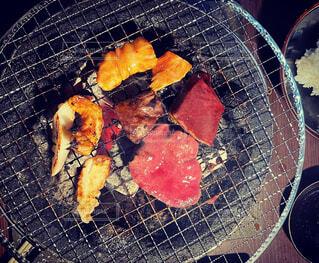 網の上の肉の写真・画像素材[4329552]