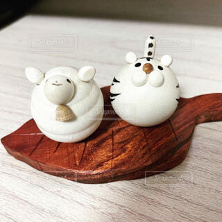 木製のテーブルの上の動物の置物の写真・画像素材[4537483]