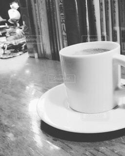 テーブルの上のコーヒー カップの写真・画像素材[1551541]