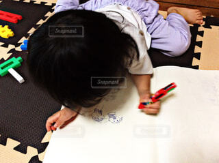 お絵かきをする子供の写真・画像素材[1555256]