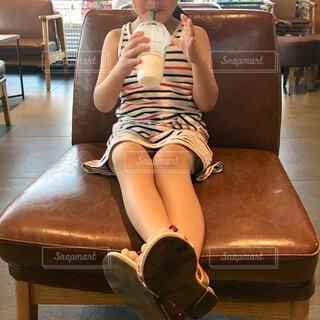 カフェでくつろぐ女の子の写真・画像素材[2119049]