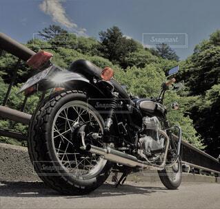 バイクは、道の脇に駐車の写真・画像素材[1556470]