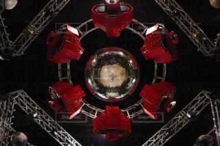 まるでロボットのような天井吊り下げスピーカーの写真・画像素材[1566339]