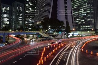 街の通りは夜のトラフィックでいっぱいの写真・画像素材[1690099]