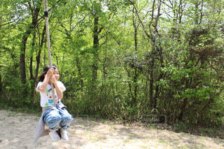 森でフリスビーを投げる人の写真・画像素材[2102244]
