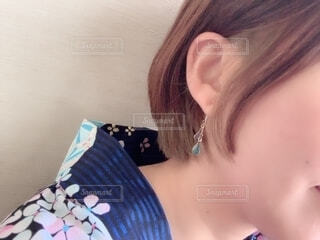 青いシャツを着た女性のクローズアップの写真・画像素材[2264812]