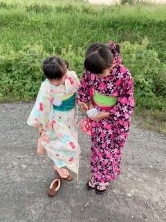 赤ん坊を抱いている小さな女の子の写真・画像素材[2371258]