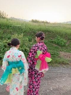 草の上に立っている小さな女の子の写真・画像素材[2371539]