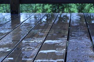 雨の中のベンチの写真・画像素材[2403160]