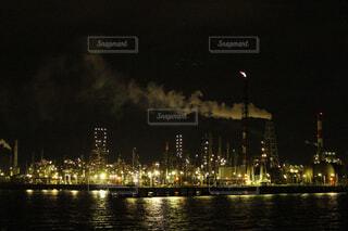 夜空に都市を持つ大きな水域の写真・画像素材[2466258]