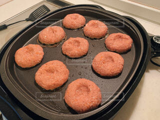 グリルの隣に座っているコンベトップオーブンの上の食べ物の鍋の写真・画像素材[3097168]