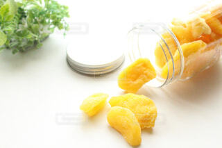 テーブルの上にバナナとオレンジの写真・画像素材[4266734]