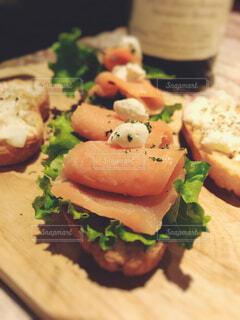 近くに木製のまな板の上に食べ物のアップの写真・画像素材[1555691]