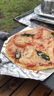 キャンプで手作りピザの写真・画像素材[1555141]