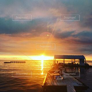ビーチに沈む夕日の写真・画像素材[1555490]