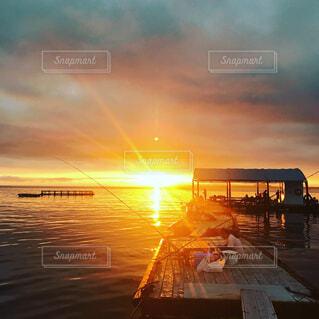 沈む夕日と赤い海の写真・画像素材[1555496]